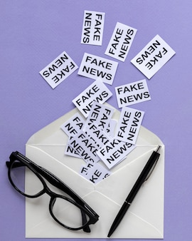 Umschlag mit papierblatt mit gefälschter nachricht
