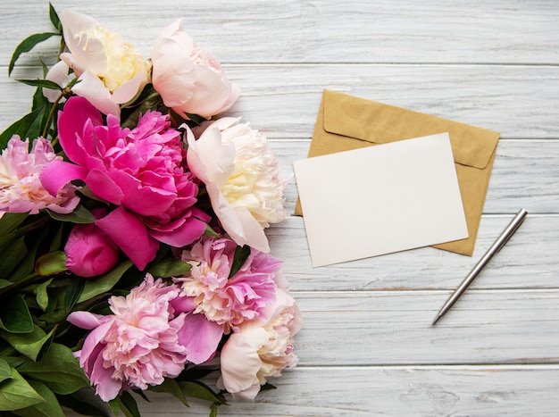 Umschlag mit rosa pfingstrosen