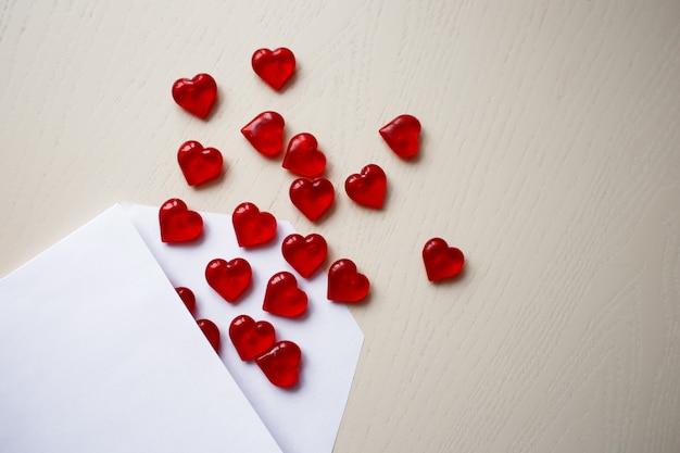 Umschlag mit roten kristallherzen