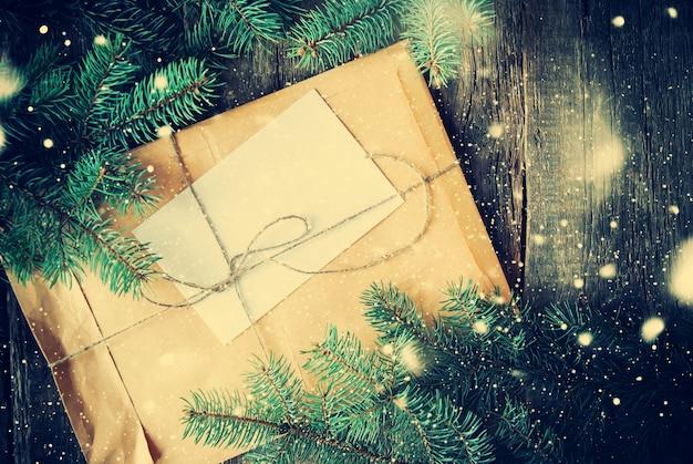Umschlag mit tannenzweigen. vintage brief. gezeichneter schnee