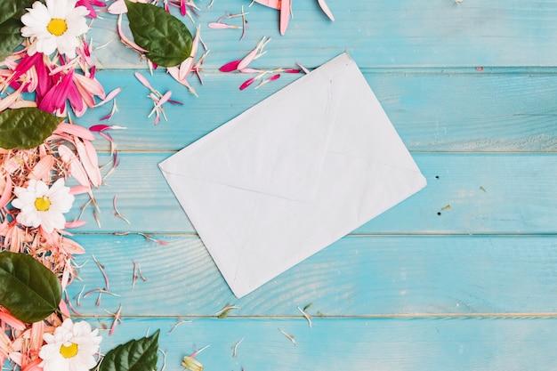 Umschlag mit verschiedenen blumen