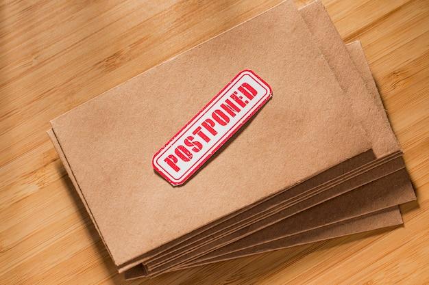 Umschlag mit verschobenem nachrichtenstapel