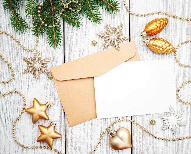 Umschlag mit weihnachtsdekoration