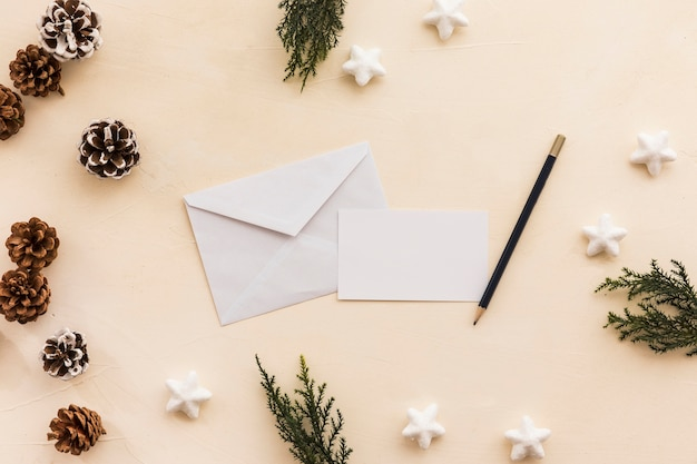 Umschlag mit zapfen auf dem tisch