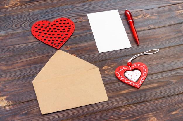 Umschlag oder brief, rote herzen und notizen. valentinstaganmerkung mit copyspace. valentinstagkonzept mit copyspace