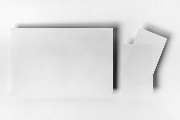 Umschlag und papierstücke von oben