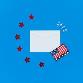 Umschlag und usa-flagge auf blauem hintergrund