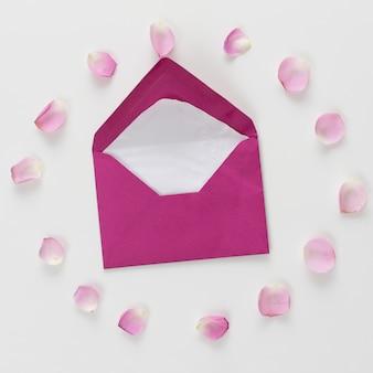 Umschlag zwischen frischen rosenblüten in form eines kreises