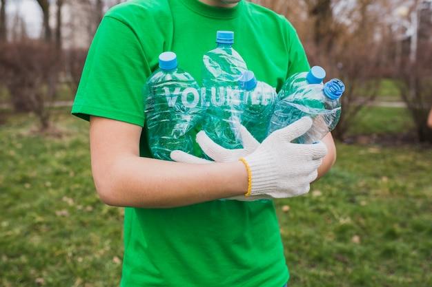 Umwelt und freiwilliges konzept mit dem mann, der flaschen sammelt