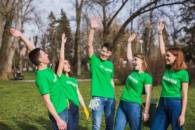 Umwelt und freudiges freiwilliges konzept