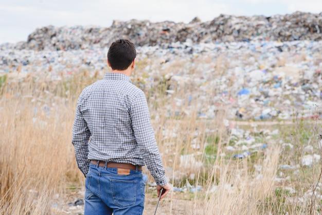 Umweltaktivist in der nähe der deponie