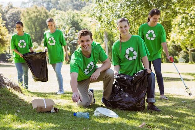 Umweltaktivisten, die abfall aufheben