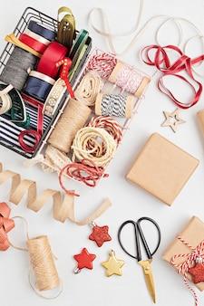 Umweltfreundliche alternative grüne weihnachtsgeschenke, die mit recyceltem bastelpapier verpackt werden