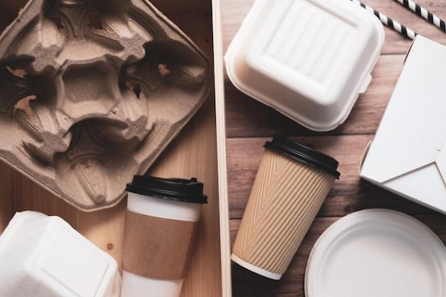 Umweltfreundliche biologisch abbaubare lebensmittel- und getränkebehälter aus recyclingpapier.