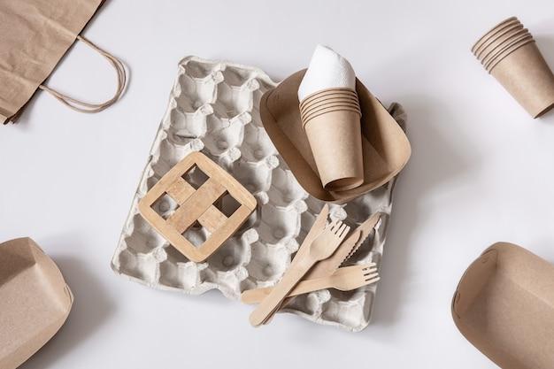 Umweltfreundliche einwegutensilien aus bambusholz und papier. kunststofffreies und abfallfreies konzept. das konzept von null abfall und plastikfrei.