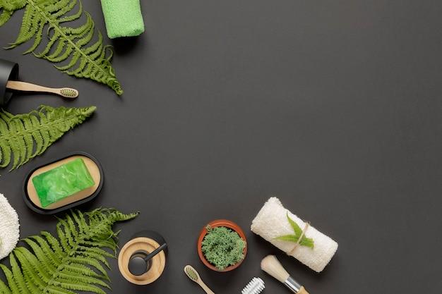 Umweltfreundliche körperpflegeprodukte schwarzer hintergrund. umweltfreundliche schönheitsmerkmale spa, sauberkeit und null abfall. öko-hintergrund. speicherplatz kopieren.