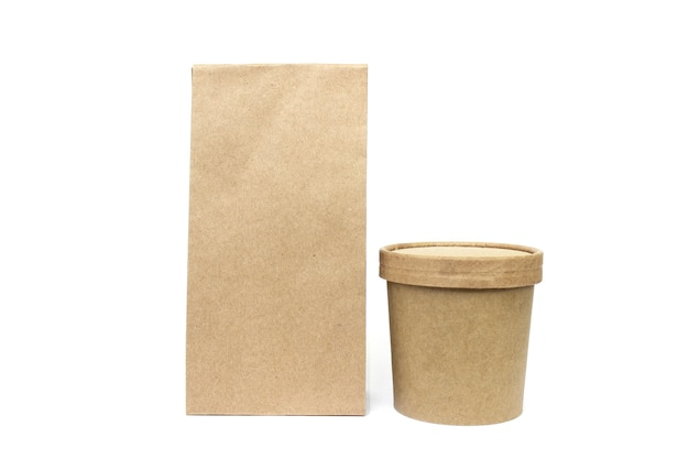 Umweltfreundliche lebensmittelbehälter isoliert auf weißem recyclingkonzept lieferung lebensmittel hintergrund