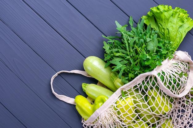 Umweltfreundliche mesh-shop-tasche mit grünem bio-gemüse