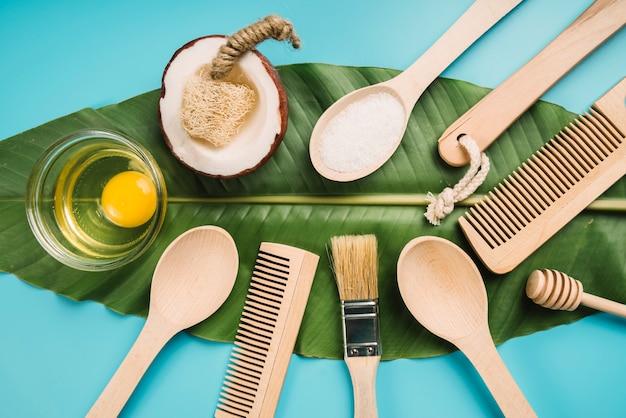 Umweltfreundliche produkte auf grünem blatt
