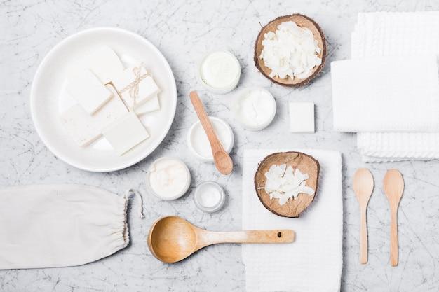 Umweltfreundliche produkte auf marmorhintergrund
