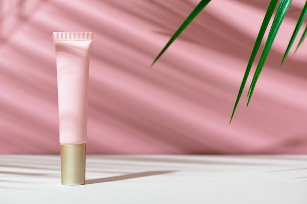Umweltfreundliche tube mit gesichtscreme. damenpflegekosmetik mit natürlicher zusammensetzung. damenhygieneprodukt zur gesichtspflege. hautpflege, bio-balsam, weiche lotion. kopieren sie platz, modell.