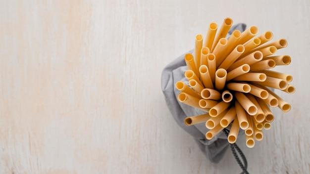 Umweltfreundliche umgebung bambusrohr strohhalme draufsicht
