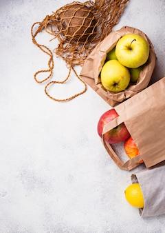 Umweltfreundliche verpackung. taschen aus papier und baumwolle