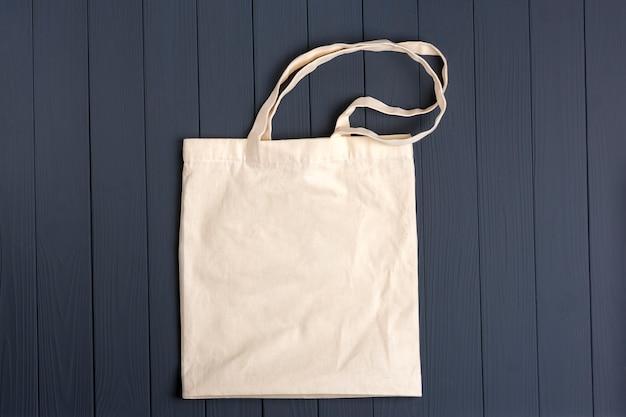 Umweltfreundliche vliestasche auf einem dunkelgrauen holztisch