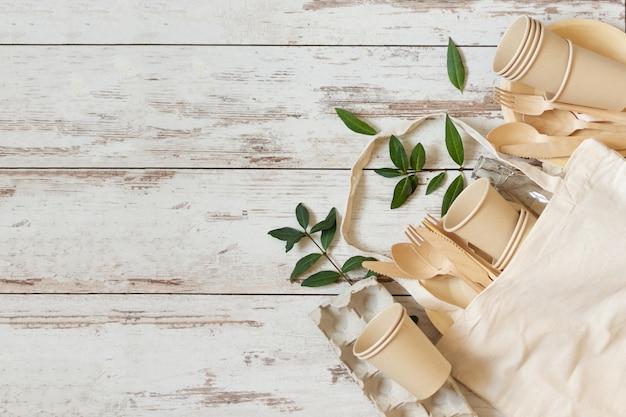 Umweltfreundliche wegwerfteller aus bambusholz und papier auf weiß