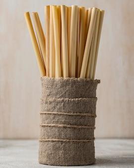 Umweltfreundlicher bambusrohrstrohhalm aus sackleinen