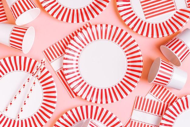 Umweltfreundliches einweg-papiergeschirr. party-, picknick- oder grillkonzept.
