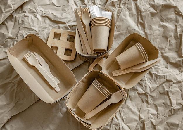 Umweltfreundliches einweggeschirr, das in fast food, restaurants, imbissbuden und picknicks verwendet wird.