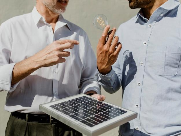 Umweltfreundliches ingenieurteam mit dem solarpanel