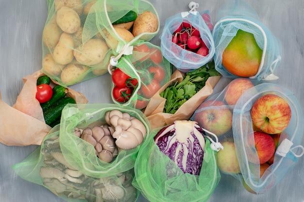 Umweltfreundliches konzept - obst und gemüse in wiederverwendbaren beuteln