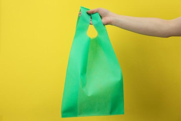 Umweltfreundliches zero-waste-konzept auf gelb