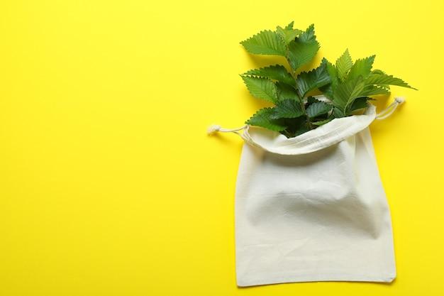 Umweltfreundliches zero-waste-konzept auf gelber oberfläche