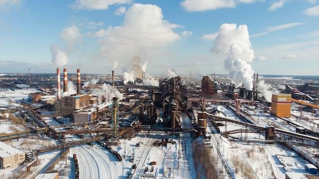 Umweltkatastrophe. schlechte umgebung in der stadt. rauch und smog. verschmutzung der atmosphäre durch pflanzen. abgase. schädliche emissionen in die umwelt