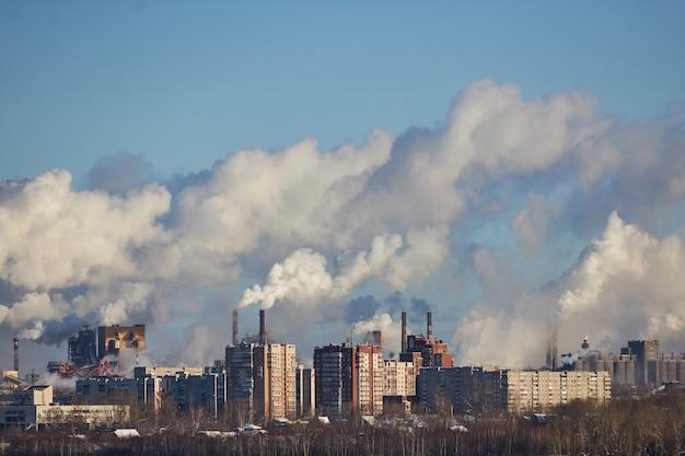 Umweltkatastrophe. schlechte umgebung in der stadt. schädliche emissionen in die umwelt. rauch und smog. verschmutzung der atmosphäre durch fabrik. abgase