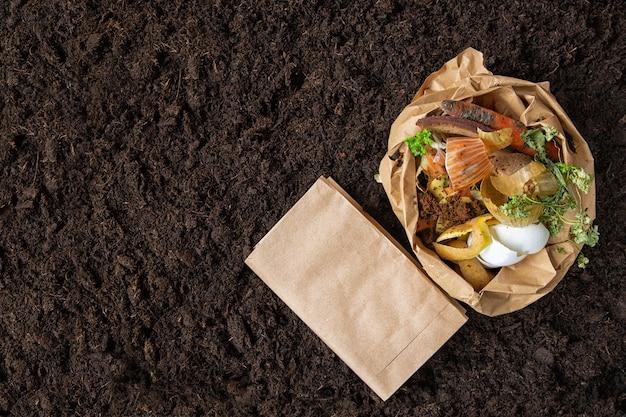 Umweltkontrolle. sortierung von lebensmittelabfällen in den umweltverpackungen.