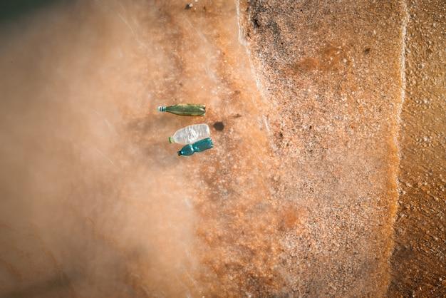 Umweltkonzept. verschmutzung durch drei plastikwasserflaschen im ozean