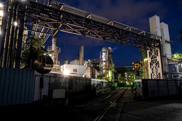 Umweltverschmutzung und fabrikaußenseite bei nacht