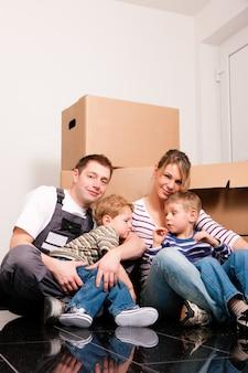 Umzug der familie in ihr neues zuhause