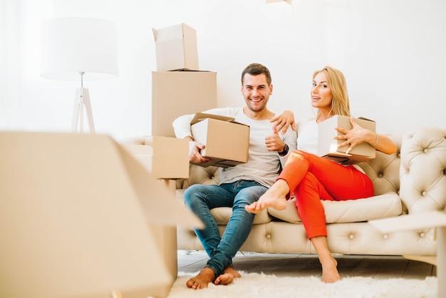 Umzug mann und frau auf der couch