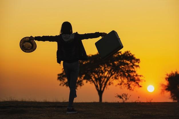 Unabhängige reise. reisende der jungen frau mit einem gepäck