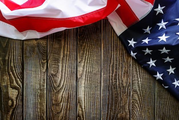 Unabhängigkeitstag, 4. juli - amerikanische flagge auf hölzernem hintergrund