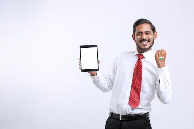 Unabhängigkeitstag-angebotskonzept: junge indianer, die smartphone zeigen.