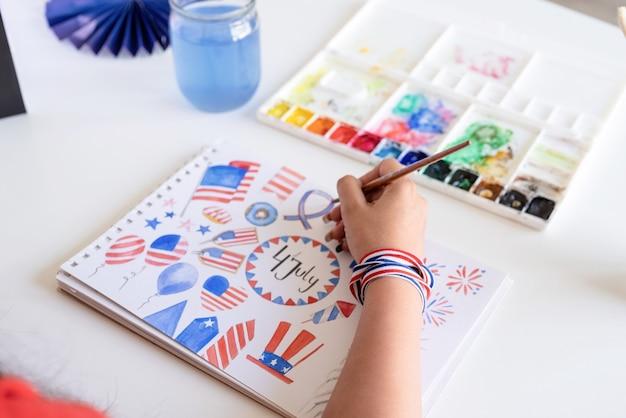 Unabhängigkeitstag der usa. alles gute zum 4. juli. schöne frau, die eine aquarellillustration für den unabhängigkeitstag der usa zeichnet