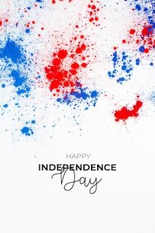 Unabhängigkeitstag hintergrund mit schriftzug und spritzer von holi-farbe