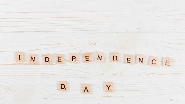 Unabhängigkeitstag in den buchstaben auf holzoberfläche