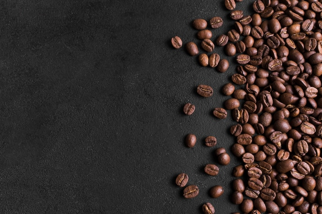 Unbedeutender schwarzer hintergrund und anordnung für kaffeebohnen